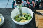 Zubereitung: Den Abrieb und Saft der Limetten ebenfalls mit zum Fruchtfleisch geben und alles mit dem Agavendicksaft pürieren.