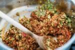 Zubereitung: Den gehackten Brokkoli zusammen mit Tomatenmark anbraten.