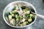 Zubereitung: Den Gurkensalat mit Dill, Olivenöl, Salz, Chili, Pfeffer und Essig würzen.