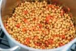 Zubereitung: Die Kichererbsen zu den Paprika geben.