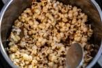 Zubereitung: Popcorn mit dem Kokosfett und der Erdnussbutter anmachen