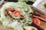 Zubereitung: Je ein Salatblatt vorsichtig mit Hummus bestreichen, etwas Couscous in der Mitte des Blattes verteilen und darauf Karotte, Rote Bete, Avocado und Tomate drapieren und vorsichtig mit leichtem Druck einen Wrap aus dem Salatblatt formen.