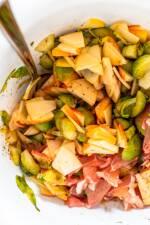 Zubereitung: Rosenkohl und Obst vermengen und mit dem Dressing anmachen