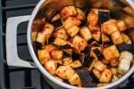 Zubereitung: Die Auberginen im Topf anbraten