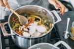 Zubereitung: Das Gemüse in den Topf geben und mit der restlichen Kokosmilch aufgießen.