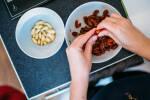 Zubereitung: Die Mandeln mit den Fingern schälen.