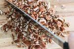 Zubereitung: Nüsse mit einem Messer klein hacken