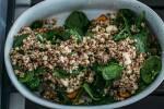 Zubereitung: Die Quinoa-Spinat-Masse auf die Süßkartoffeln geben.