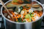 Zubereitung: In einem Kochtopf Margarine erhitzen und das Gemüse darin 5-7 Minuten anbraten.