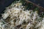 Zubereitung: Romanasalat-Sticks mit Käse bestreuen