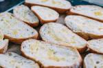 Zubereitung: Das Baguette aufschneiden, einölen und backen