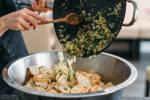 Zubereitung: Anschließend die angedünsteten Zwiebeln zusammen mit der Petersilie unter die eingeweichten Semmeln mischen.