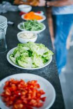 Zubereitung: Rucola, Salat, Karotten, Tomaten, Zwiebeln und Kräuterseitlinge vorbereiten