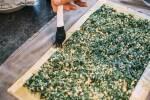 Zubereitung: Die Teigränder mit Olivenöl bestreichen.