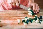 Zubereitung: Zucchini in ca. 2 x 2 cm große Würfel schneiden.