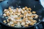 Zubereitung: In der Pfanne die Zwiebel andünsten.