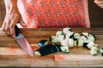 Zubereitung: Aubergine in ca. 2 x 2 cm große Würfel schneiden.