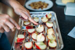 Zubereitung: Den restlichen Zucker und die karamellisierten Walnüsse und Mandeln darüberstreuen.