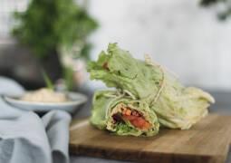 Veganes Rezept: Eisbergsalat-Wraps mit Couscousfüllung