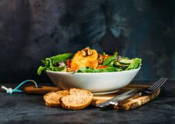 Veganes Rezept: Panierter Schafskäse auf Salatbett 1
