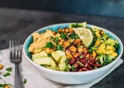 Veganes Rezept: Fruchtig frische Rainbow Bowl mit Knuspercashews_1