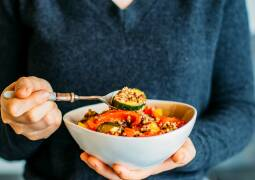 Vegetarisches Rezept: Quinoapfanne mit frischem Gemüse und Joghurt-Topping_1
