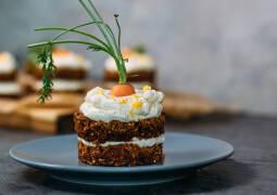 Vegetarisches Rezept: Karottentörtchen mit fruchtiger Frischkäsecreme_1