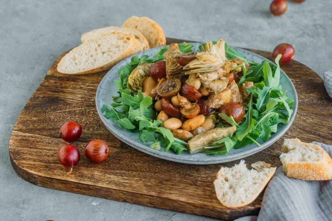 Artischocken-Salat mit Stachelbeeren und weißen Bohnen