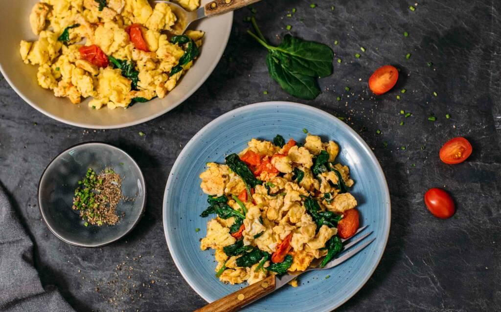 Vegetarisches Rezept: Rührei mit Spinat und Tomaten 2
